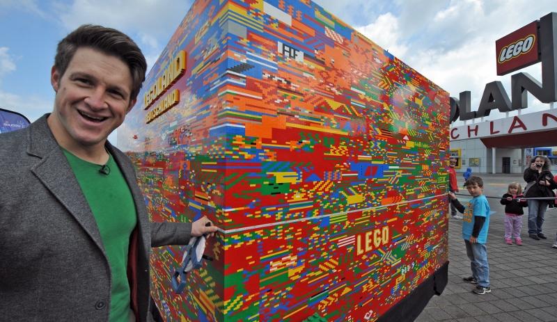 Gewichtheber Matthias Steiner steht am 26.05.2015 in Günzburg (Bayer) vor einem überdimensionierten Legostein. Im Freizeitpark LEGOLAND Deutschland setzten in den vergangenen Wochen Besucher aus mehr als einer Million Bausteinen den größten Legeotein der Welt zusammen.. Foto:  Stefan Puchner/dpa