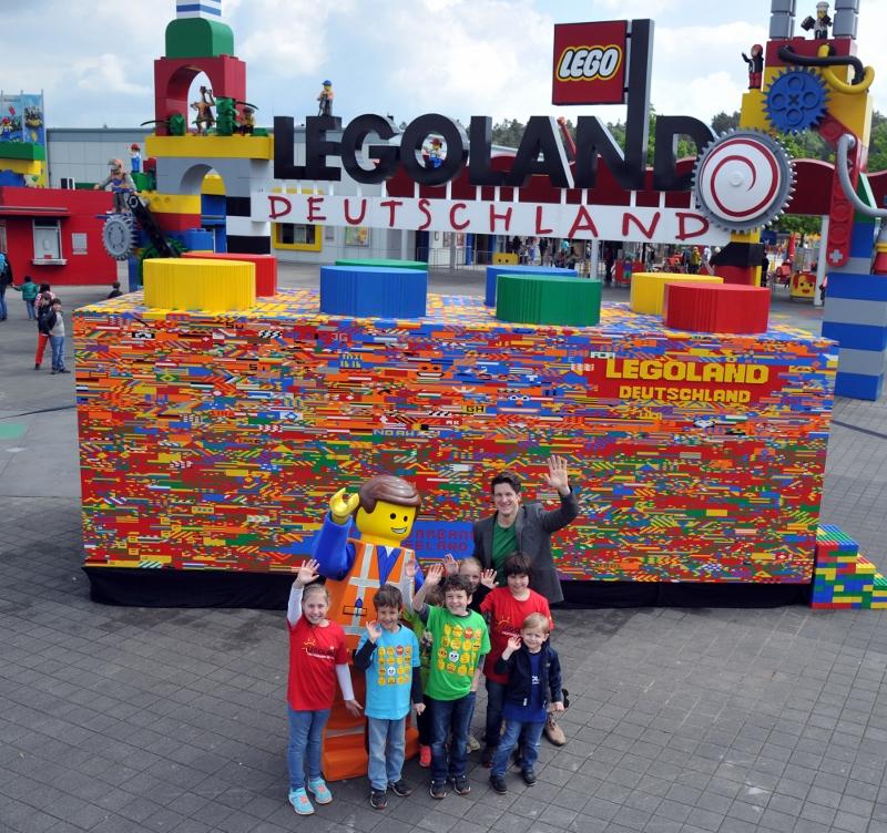 Gewichtheber Matthias Steiner steht am 26.05.2015 in Günzburg (Bayer) vor einem überdimensionierten Legostein. Im Freizeitpark LEGOLAND Deutschland setzten in den vergangenen Wochen Besucher aus mehr als einer Million Bausteinen den größten Legeotein der